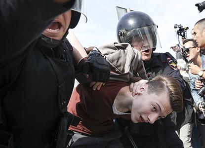 Депутаты хотят наказывать организаторов незаконных митингов с подростками